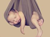 Photo nouveau-ne Photo de bébé suspendu