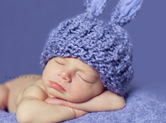 Photo nouveau-ne Photo de bébé endormi avec bonnet de lapin