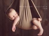 Photo nouveau-ne Photographie de bébé suspendu