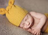 Photo nouveau-ne Photo de bébé vêtu de jaune