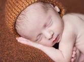 Photo nouveau-ne Photo de bébé dormant recroquevillé
