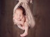 Photo nouveau-ne Photo studio de bébé suspendu