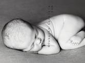 Photo nouveau-ne Prise de vue noir et blanc de b�b�