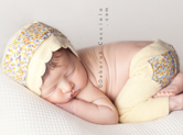 Photo nouveau-ne Nouveau-né endormi sur le ventre