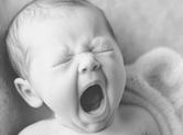 Photo nouveau-ne photo de bébé qui baille