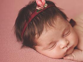 Photo nouveau-ne séance photo bébé fille