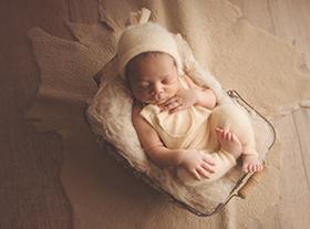 Photo nouveau-ne photographe bébé métisse