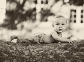 Photo exterieur Photo de bébé sur un tronc d\'arbre