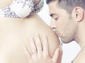 Photo grossesse Photo de grossesse : papa embrasse le futur bébé