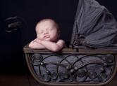 Photo nouveau-ne Photographie de bébé dans son landau antique