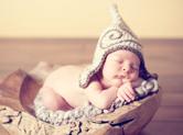 Photo nouveau-ne Photo artistique de bébé dans une coquille