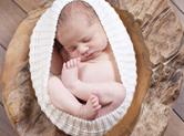 Photo nouveau-ne Photo de bébé dans une coquille cocon