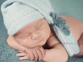 Photo nouveau-ne Photo couleur de bébé endormi sur ses bras