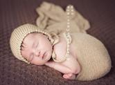 Photo nouveau-ne Photo bébé couleur en teintes noir et blanc