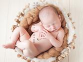 Photo nouveau-ne Photo de bébé dans une corbeille en bois
