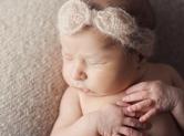 Photo nouveau-ne Photo de bébé avec noeud de cheveux
