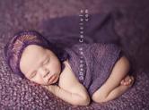 Photo nouveau-ne Photographie de nouveau-né tout de violet vêtu