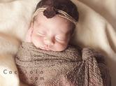 Photo nouveau-ne Photographie studio de bébé mis en scène