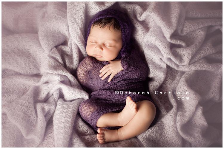 Photo Nouveau né Photo De Bébé Enroulé Dans Un Textile Violet
