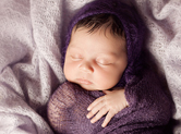 Photo nouveau-ne Photo de bébé enroulé dans un textile violet
