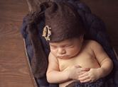 Photo nouveau-ne Photo studio de bébé mise en scène bois