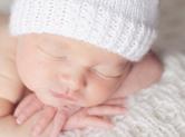 Photo nouveau-ne Photo de bébé dormant sur ses bras