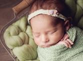 Photo nouveau-ne Cliché de bébé dormant dans une corbeille