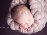 Photo nouveau-ne Photo de bébé suspendu dont la tête dépasse