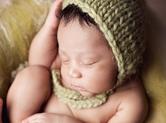 Photo nouveau-ne Photographie de nouveau-né endormi de manière orig