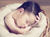 Photo nouveau-ne Photo artistique de bébé dans une corbeille