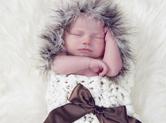 Photo nouveau-ne Photo de naissance : bébé dans cocon textile